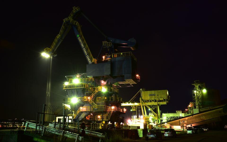 住友大阪セメント高知工場の西側でセメント運搬クレーンを撮影